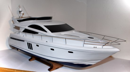 1:20 scale Fairline Phantom 48' motor-yacht model. Notice the metal railings ...